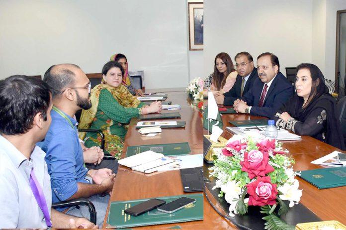 اسلام آباد: وفاقی وزیر برائے بین الصوبائی رابطہ ڈاکٹر فہمیدہ مرزا سے برطانوی کونسل کا وفد ملاقات کررہاہے