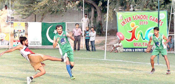 ملتان :انٹر اسکول گیمز: کے پی کے اور اسلام آباد کے درمیان آسٹریلین فٹبال لیگ کے فائنل میچ میں اسلام آباد کے پلیئرگیند کو ہٹ لگاتے ہوئے