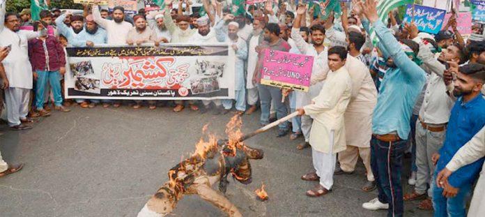 لاہورپریس کلب کے سامنے پاکستان سنی تحریک کے زیراہتمام کشمیریوں سے اظہار یکجہتی کیلیے کیے گئے مظاہرے میں مودی کا پتلا نذرآتش کیا جارہا ہے