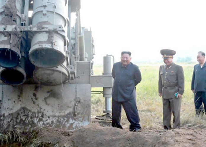 پیانگ یانگ: شمالی کوریائی رہنما میزائل لانچر کا معاینہ کررہے ہیں