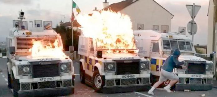 شمالی آئرلینڈ میں ایک شخص پولیس کی گاڑی کو آگ لگانے کے بعد فرار ہو رہا ہے