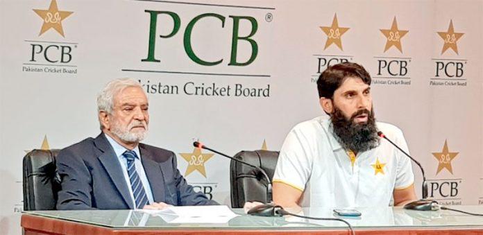 لاہور: چیئرمین پی سی بی احسان مانی اور قومی ٹیم کے ہیڈ کوچ وسلیکٹر مصباح الحق مشترکہ پریس کانفرنس سے خطاب کررہے ہیں