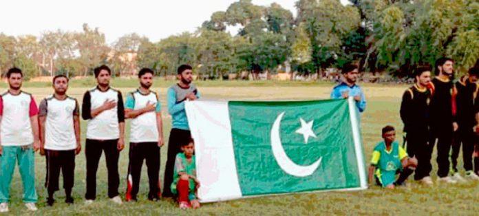 سندھ زرعی یونیورسٹی کے تحت یوم دفاع پاکستان کرکٹ ٹورنامنٹ میں شریک ٹیم قومی ترانے کے احترام میں کھڑی ہے