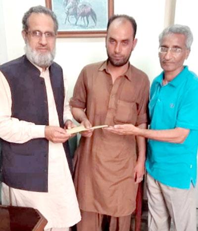 نیشنل لیبر فیڈریشن پاکستان کے صدر شمس الرحمان سواتی غریب مزدور کی کی کمائی اور بچت سے فلاحی کام کیلئے جمع کیا گیا فنڈ پیش کر رہے ہیں