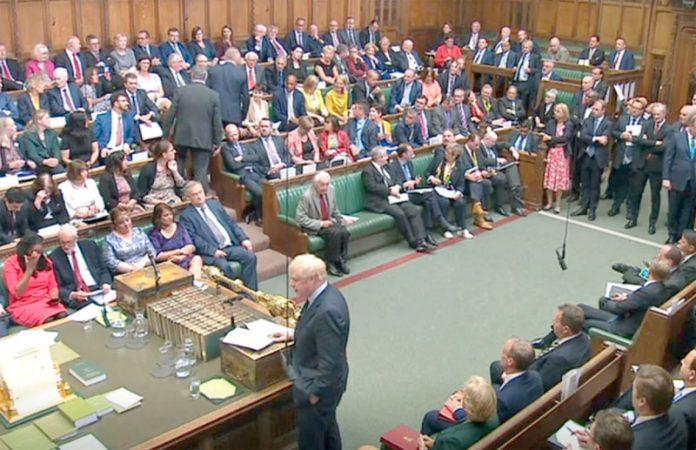 لندن: وزیراعظم بورس جانسن کے خطاب کے دوران حکومتی رکن فلپ لی اپوزیشن بینچ پر جا کر بیٹھ رہے ہیں