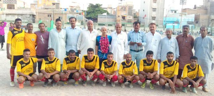 کراچی : بابل اسپورٹس فٹبال کلب کے زیر اہتمام شہید عبدالخالق بلوچ یادگاری فٹبال ٹورنامنٹ میں مہمان خصوصی عبدالواحد کے ساتھ ونر ٹیم آل برادرز کا گروپ فوٹو