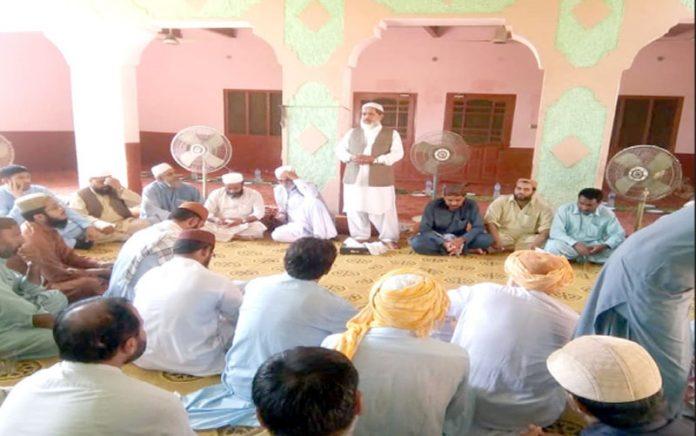 امیرجماعت اسلامی بلوچستان مولانا عبدالحق ہاشمی جعفرآباد کے شہید خدا بخش کے لواحقین سے خطاب کررہے ہیں