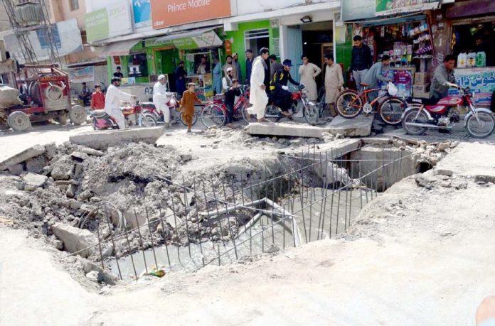 کوئٹہ : میکانگی روڈ پر سیوریج نالے ٹوٹ پھوٹ کا شکار ہے جو حادثے کا سبب ہوسکتا ہے