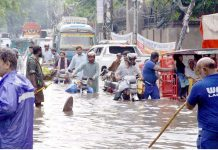 لاہور : موسلا دھار بارش کے بعد سیوریج کے ناقص نظام کے باعث سڑک دریا کا منظر پیش کررہی ہے جس میں گاڑیاں پھنسی ہوئی ہیں