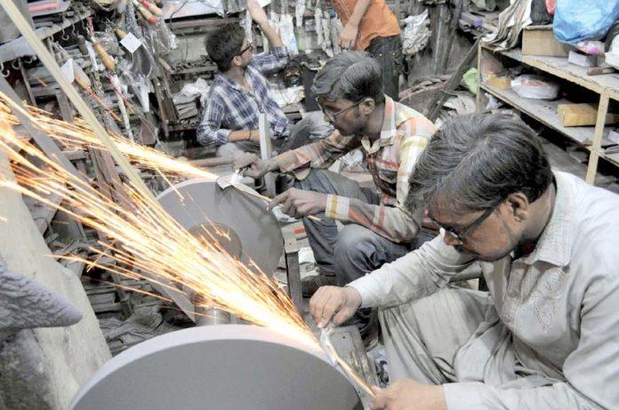 حیدر آباد : محرم الحرام کے ماتمی جلوسوں کے حوالے سے مزدور اپنے کام میں مصروف ہیں