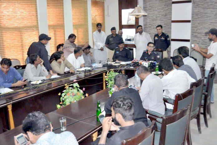 حیدر آباد : ایس ایس پی عدیل حسین چانڈیو پکڑے گئے ملزمان کے حوالے سے میڈیا کو بریفنگ دے رہے ہیں