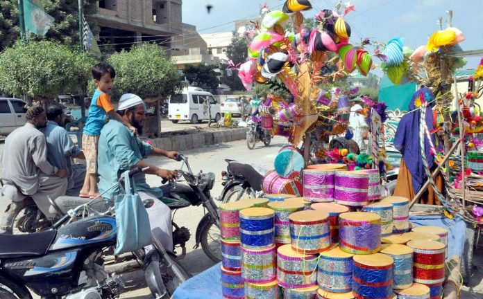 حیدر آباد : ایک شخص محرم الحرام کے لیے بنائی گئی اشیا خرید رہا ہے
