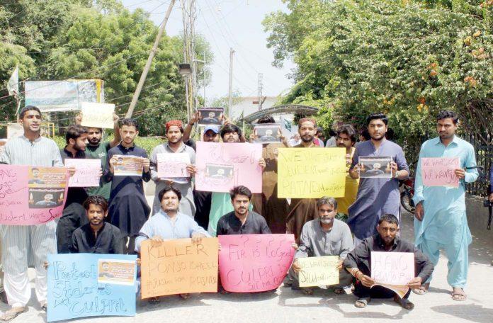 لاڑکانہ : اسٹوڈنٹس ایکشن کمیٹی کے تحت مطالبات کی عدم منظوری کیخلاف جناح باغ پر احتجاج کیا جارہا ہے