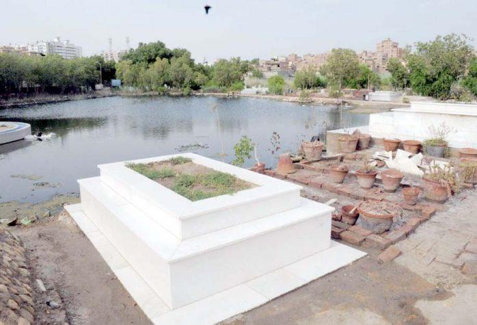 حیدرآباد ،کئی دن گزرنے کے باوجود قبرستان میں جمع بارش کے پانی کی عدم نکاسی مقامی انتظامیہ کی کارکردگی کا منہ بولتا ثبوت ہے