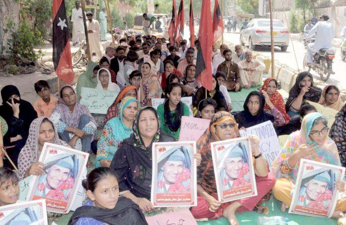 حیدر آباد : عوامی تحریک کے تحت مطالبات کے حق میں شرکا نے پریس کلب پر دھرنا دیا ہوا ہے
