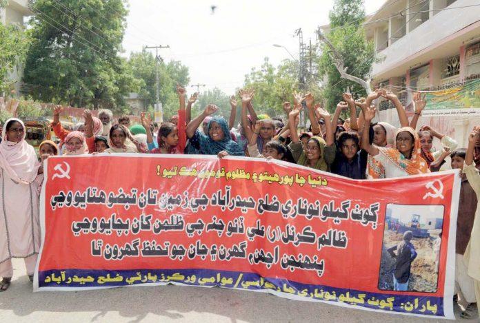حیدر آباد : گوٹھ گلو نوناری کے مکین بااثر افراد کی جانب سے زمینوں پر قبضے کیخلاف احتجاج کررہے ہیں
