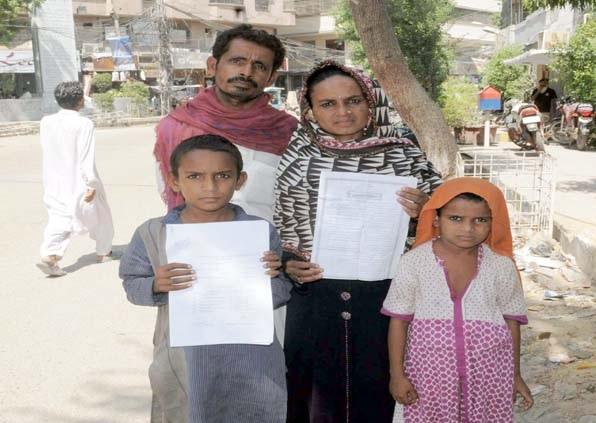 حیدر آباد پریس کلب پر ایک خاندان مطالبات کی عدم منظوری کیخلاف احتجاج کررہا ہے