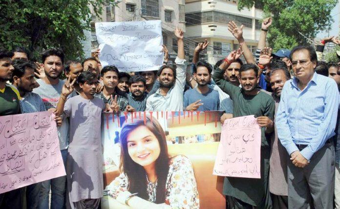 حیدرآباد،سول سوسائٹی کے تحت ڈاکٹرنمرتا کے قتل کے خلاف پریس کلب کے سامنے احتجاج کیا جارہا ہے