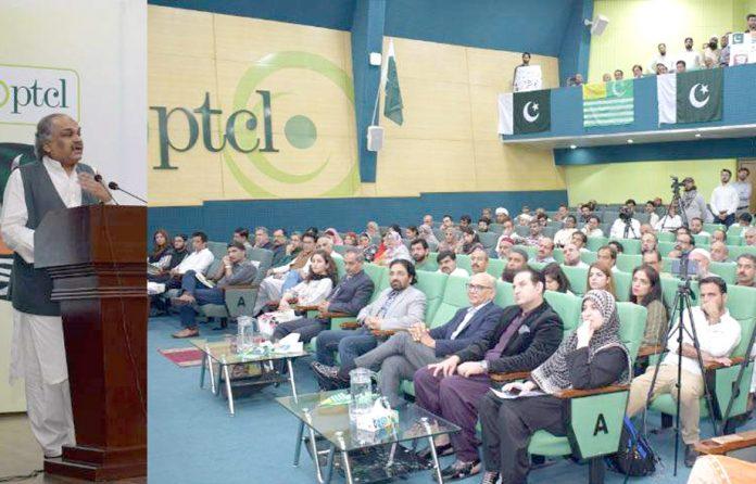 پی ٹی سی ایل ہیڈکوارٹرز اسلام آباد میں تقریب سے شعیب احمد صدیقی، سیکرٹری آئی ٹی خطاب کررہے ہیں