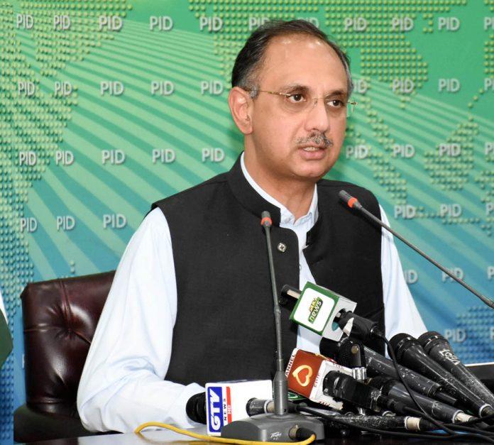 اسلام آباد: وفاقی وزیر توانائی عمر ایوب خان پریس کانفرنس کررہے ہیں