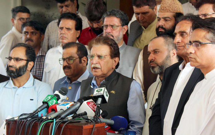 اسلام آباد: وزیراعظم آزاد کشمیر راجا فاروق حیدر میڈیا سے گفتگو کررہے ہیں