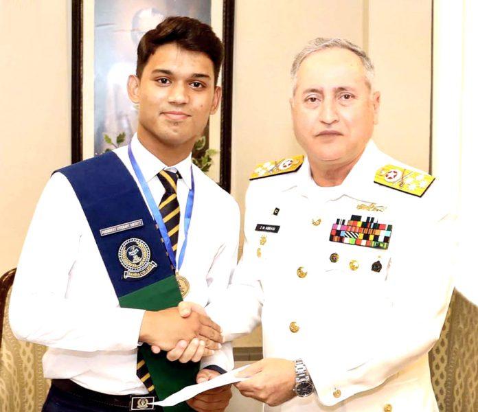 اسلام آباد:امیر البحر ایڈمرل ظفر محمود عباسی بحریہ کالج کے پوزیشن ہولڈرطالبعلم حمزہ مدثر کو نقد انعام و میڈل پیش کررہے ہیں