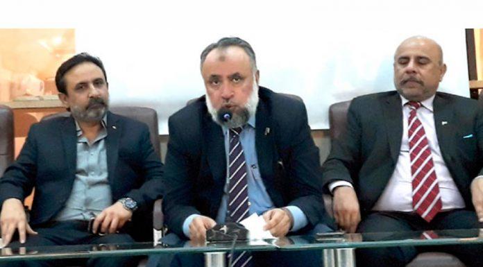 ریفارمز کونسل آف پاکستان کے سربراہ محمدفاروق افضل پریس کانفرنس کررہے ہیں