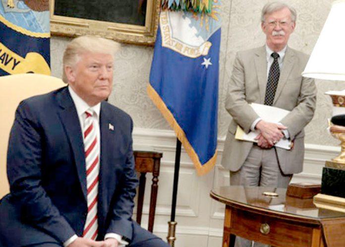 امریکی صدر ڈونلڈ ٹرمپ صحافیوں سے گفتگو کررہے ہیں' عقب میں سابق مشیر قومی سلامتی موجود ہیں (فائل فوٹو)