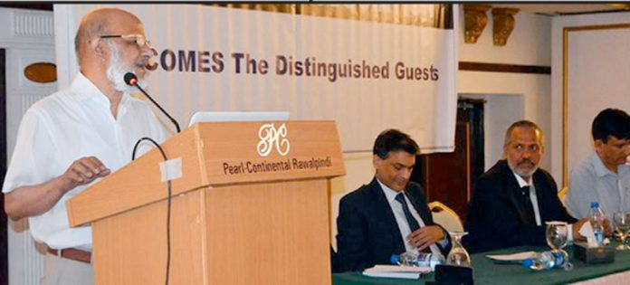 چارٹر اکائونٹنٹ حبیب فخرالدین ٹیکس بار ایسوسی ایشن کے سیمینار سے خطاب کررہے ہیں