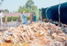 فیصل آباد ،جیل روڈ پر غلط موڑ کاٹتے ہوئے ٹماٹروں سے لدا ٹرک الٹ گیا،پیٹیاں سڑک پر بکھری پڑی ہیں