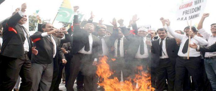 راولپنڈی،ڈسٹرکٹ بار ایسوسی ایشن کے تحت مقبوضہ کشمیر میں بھارتی فوج کے مظالم کیخلاف احتجاج کیا جارہا ہے