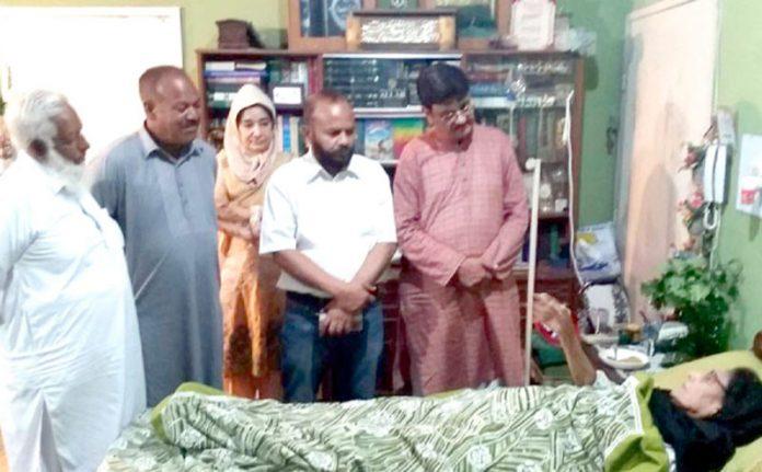 ہیومن رائٹس نیٹ ورک کا وفد ڈاکٹر عافیہ صدیقی کی والدہ کی عیادت کر رہا ہے