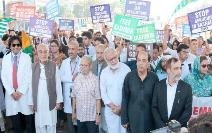 اسلام آباد، پاکستان اسلامک میڈیکل ایسوسی ایشن کے تحت میڈیکس فار کشمیر مارچ کی قیادت پروفیسر محمد عمر، پروفیسر انیس احمد اورپروفیسر اقبال خان و دیگر کررہے ہیں