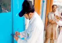 سوات،حلال فوڈ اتارٹی کا افسر مضر صحت اشیا فروخت کرنے پر بیکری کو سیل کررہا ہے