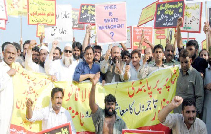 اسلام آباد ،مرکزی تنظیم تاجران پاکستان کے صدرمحمد کاشف چودھری تاجر رہنمائوں کے ساتھ پریس کلب کے سا منے احتجاجی مظاہرہ کررہے ہیں