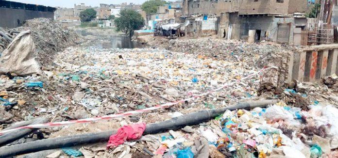 وفاقی وزیرعلی زید ی کے نالوںکی صفائی کے دعووںکے برعکس کورنگی نالہ اور پل کچرے سے بھراہواہے