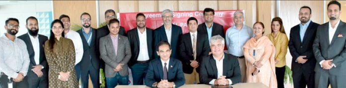 فرائز لینڈ کمپنی اینگرو پاکستان اور ٹوٹل پارکو کے درمیان مفاہمتی یاداشت پر دستخط کے موقع پر گروپ فوٹو