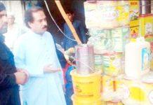 ایڈیشنل کمشنر کوہاٹ مراد احمد ہوتی بازاروں کے دورے کے موقع پر تجاوزات ہٹانے کا حکم دے رہے ہیں