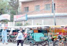 راولپنڈی،پولیس اسٹیشن کے سامنے کھڑے چنگ چی رکشے مقامی انتظامیہ کی کارکردگی کا پول کھول رہے ہیں