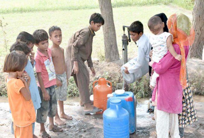 فیصل آباد ،بچے سرکاری نل سے پینے کا صاف پانی بھر رہے ہیں