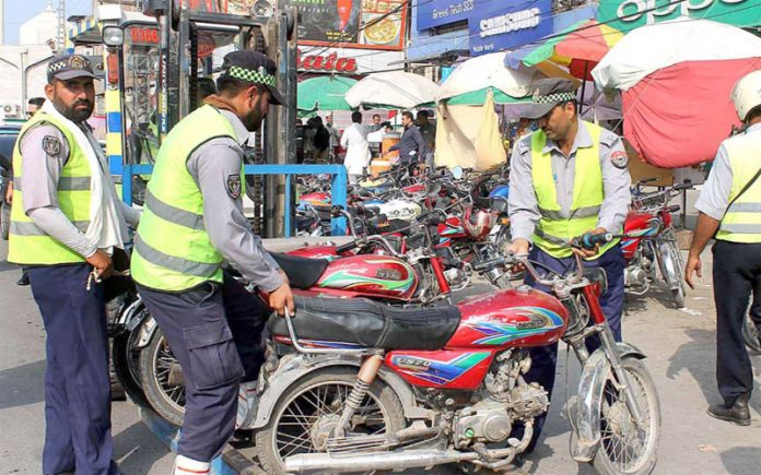 پشاور،ٹریفک وارڈن نوپارکنگ پر کھڑی موٹرسائیکلیں اپنی تحویل میں لے رہے ہیں