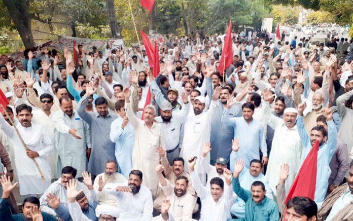 لاہور،آل پاکستان واپڈا ہائیڈرو الیکٹر ک لیبر یونین کے تحت مطالبات کی عدم منظوری پرپریس کلب کے سامنے احتجاج کیا جارہا ہے