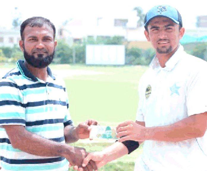 کراچی : عثمان عالم کرکٹ ٹورنامنٹ میں عثمان عالم ،عثمان شاہ کو مین آف دی میچ ایوارڈ دیتے ہوئے