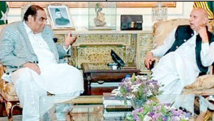 سارک چیمبر کے سینئرنائب صدر افتخار علی ملک گورنرپنجاب چوہدری محمدسرور سے ملاقات کررہے ہیں