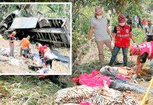 فلپائن: کھائی میں گرنے والے ٹرک سے لاشیں نکالی جارہی ہیں