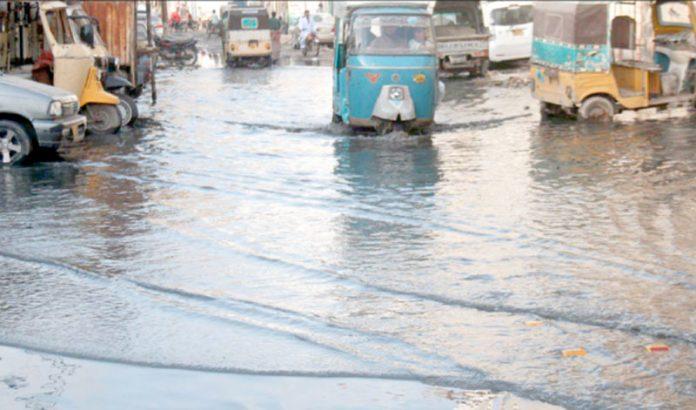 گارڈن ایسٹ کے علاقے میں سڑک پر جمع ہونے والے سیوریج کے پانی کی وجہ سے ٹریفک کو پریشانی کا سامنا ہے
