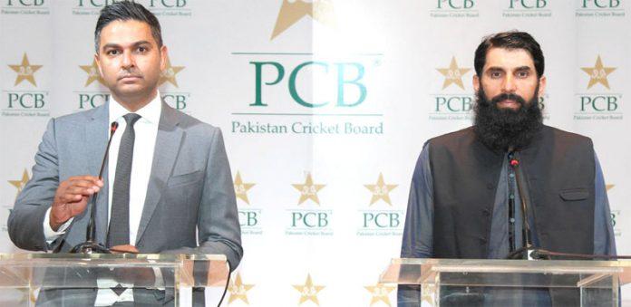 لاہور: پاکستان کرکٹ بورڈ کے چیف ایگزیکٹو وسیم خان اورہیڈ کوچ وچیف سلیکٹرمصباح الحق پریس کانفرنس سے خطاب کررہے ہیں