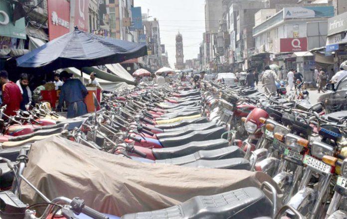فیصل آباد ،کچہری بازار میں کھڑی موٹرسائیکلیں پیدل چلنے والوں کیلیے پریشانی کاباعث بنی ہوئی ہیں