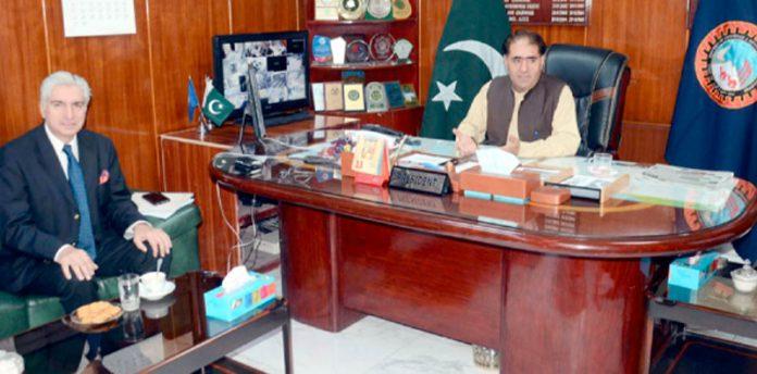 صدرکوئٹہ چیمبر آف کامرس جمعہ خان ،ڈپٹی ٹیم لیڈرٹرانسپورٹ پلانر عمر فاروق سے تبادلہ خیال کررہے ہیں