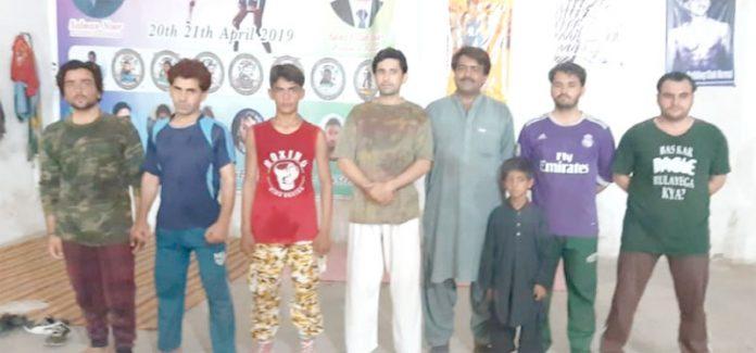 ہرنائی: نیشنل اسپورٹس اکیڈمی میں تحریک انصاف کے رہنما کا باکسنگ کے سینئر کھلاڑیوں کے ساتھ گروپ فوٹو